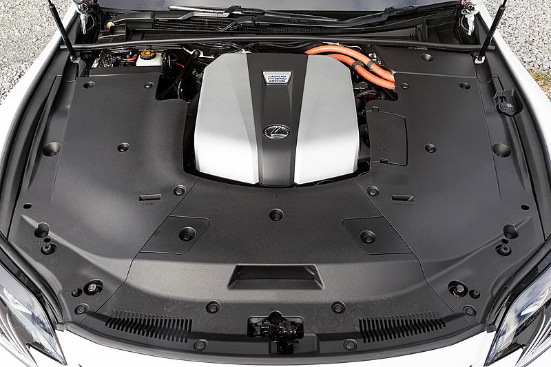 """LS500hに搭載されるV型6気筒3.5リッター「8GR-FXS」エンジンは、最高出力220kW(299PS)/6600rpm、最大トルク356Nm(36.3kgm)/5100rpmを発生。これに最高出力132kW(180PS)、最大トルク300Nm(30.6kgm)を発生する「2NM」モーターを組み合わせ、今回試乗した""""EXECUTIVE""""と""""F SPORT""""(いずれも2WD)ではJC08モード燃費15.6km/Lをマーク"""