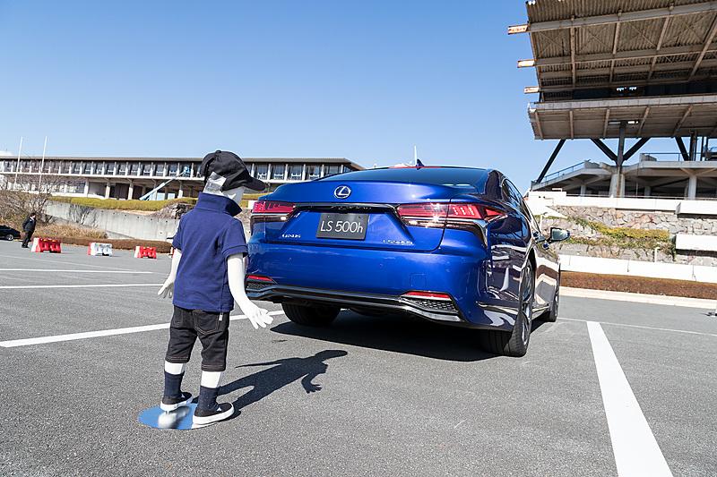 こちらは車両後方の歩行者にも世界初対応した「パーキングサポートブレーキ」の体感コーナー。超音波ソナーで障害物などを検知し、衝突の可能性がある場合にエンジン出力を絞りつつブレーキを掛けるというもの。まずは検知したことをナビゲーション画面に表示し、警告ブザーで注意喚起。そのまま後退するとブレーキ制御を行なって衝突回避または被害を軽減する