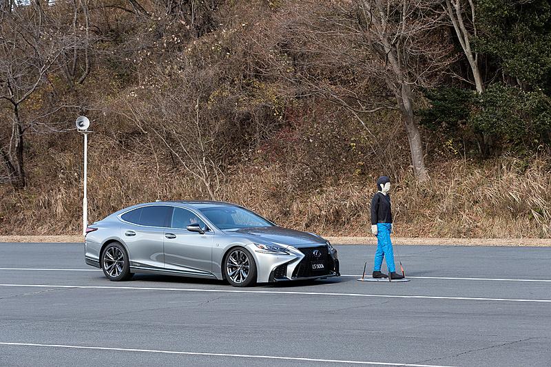 今回の試乗会では、新型LSに搭載される予防安全パッケージ「Lexus Safety System+A」の機能を体験できるコーナーも用意された。写真はブレーキ制御だけで衝突回避が困難で、かつ操舵制御によって回避ができるとシステムが判断した場合に自動でステアリングを制御するアクティブ操舵回避支援の様子。自車速度60km/hからの自動ブレーキ制御とともに、自動ステアリングによって障害物を回避するのを体感できた。車線をはみ出さない、つまり対向車線に出ないよう回避している