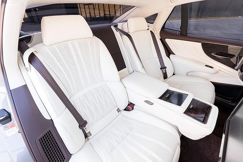 """LS500h""""EXECUTIVE""""のインテリア。同グレードでは最適なサポート位置をきめ細かく設定できる28ウェイ調整式フロントパワーシートを標準装備するとともに、リアシートでは専用ヒーターを搭載。左後席にはオットマン付きの22ウェイ調整式リアパワーシートも設定する"""