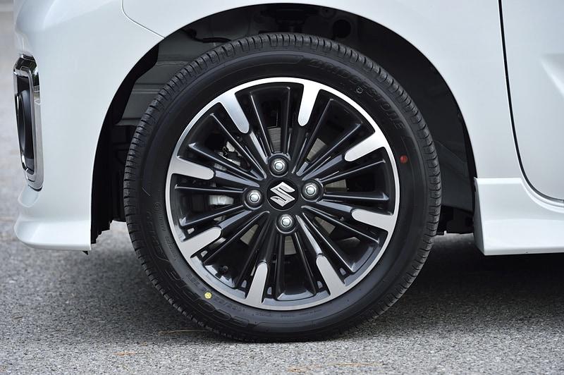 スペーシア カスタムのHYBRID XSとHYBRID XSターボで165/55 R15タイヤ。スペーシア カスタムは全車でアルミホイールを標準装備する