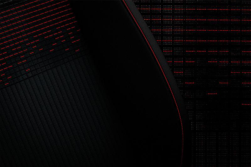 ブラックに赤のステッチをアクセントに加え、イコライザーをイメージさせる専用のシートを装着