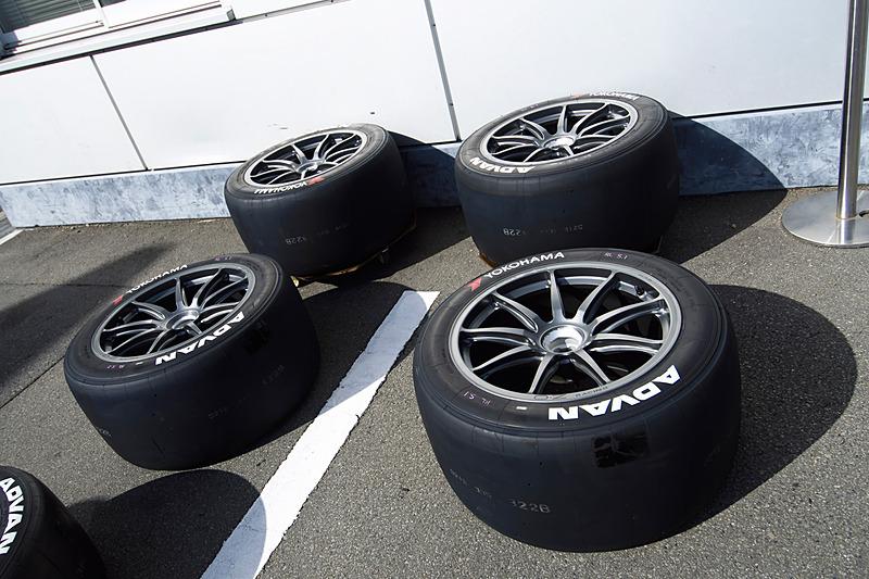 タイヤはヨコハマタイヤ、ホイールはテストでは暫定的に他社製が採用されていたが、本番ではホンダアクセス純正品を採用予定
