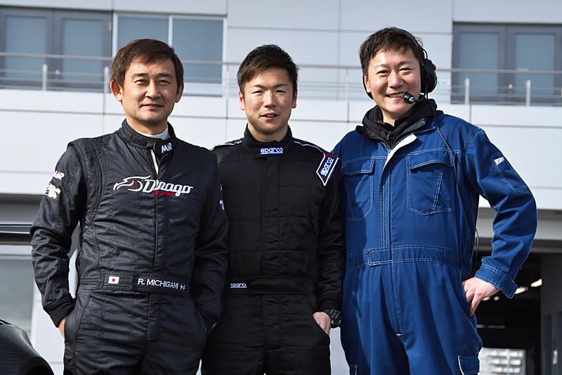 監督のチョン・ヨンフン氏(右)を入れての記念撮影