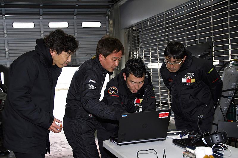 インターバルの間にチームとサービスを担当するM-TECのスタッフなどが参加してデータ解析や整備を行なう