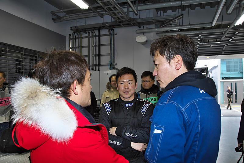 テスト終了後、ドライバーの大津選手からのフィードバックがチームや道上選手に伝えられた
