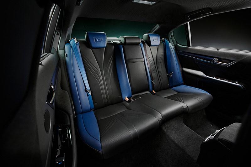 シートは専用セミアニリン本革ブルーとなり、前席はアクセントホワイトハイバックスポーツシートを装着