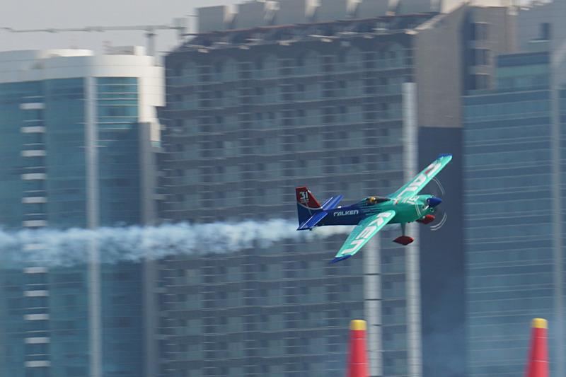 開幕戦アブダビでフリープラックティスを飛行するTeam FALKENの室屋義秀選手