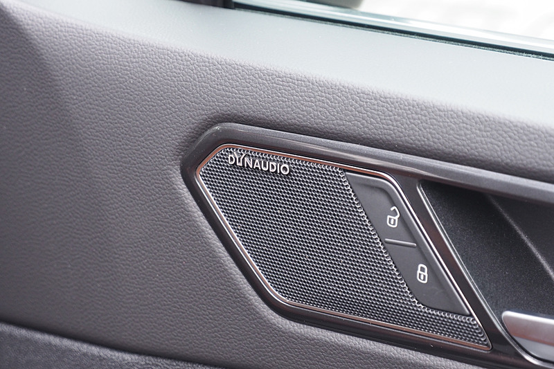 フロントドアの高音用スピーカーにはDynaudioのロゴ。ゴルフとゴルフ ヴァリアントはフロントの高音用スピーカーがAピラーにある