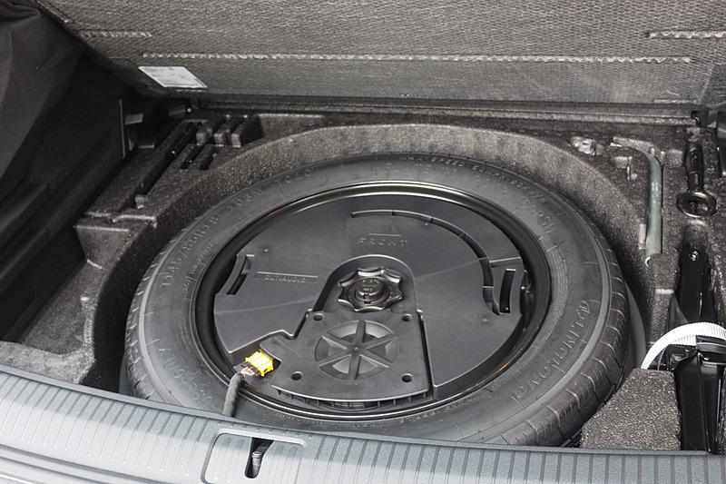 スペアタイヤのホイールに収まる10.5L デュアルコイルサブウーファー。スペアタイヤは非常用サイズ