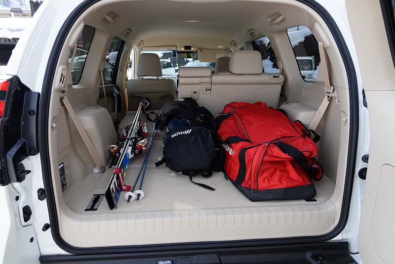 プラドの3列目シートと、2列目シートの片方を倒してスキーの荷物を積み込むの図