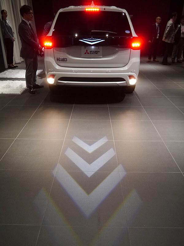 三菱電機が公開した光でクルマの動きを周囲に注意を喚起する自動車向け「安心・安全ライティング」技術