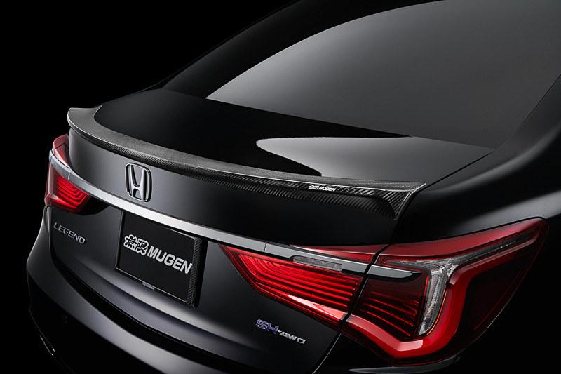 トランクリッド後端に装着する「カーボンエアスポイラー」(16万2000円)。ドライカーボンを採用し、表面はUVカットクリアコート仕上げとなる