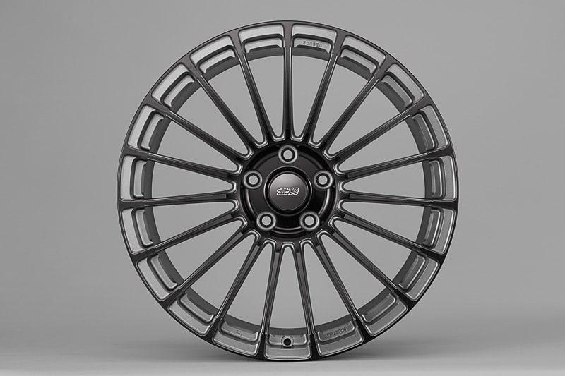 レジェンド専用デザイン&サイズの切削鍛造ホイール「MFL」(16万2000円/本)。サイズは20×8.5J、インセット45。推奨タイヤサイズは245/35 R20。カラーはガンメタリックをベースに切削面にブラックアルマイトを施した、ガンメタブライトブラックを設定している