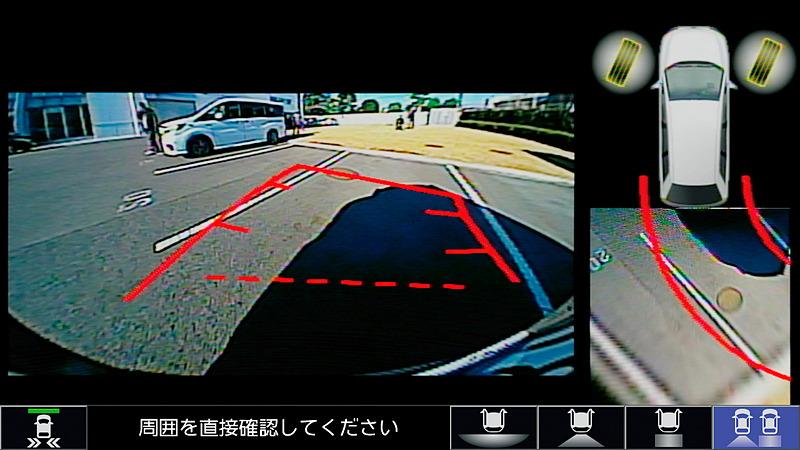 後方と俯瞰の2画面で表示する「リアカメラ de あんしんプラス2」(2万5920円)は、タイヤの向きや予想ラインなども表示して後退駐車をサポート