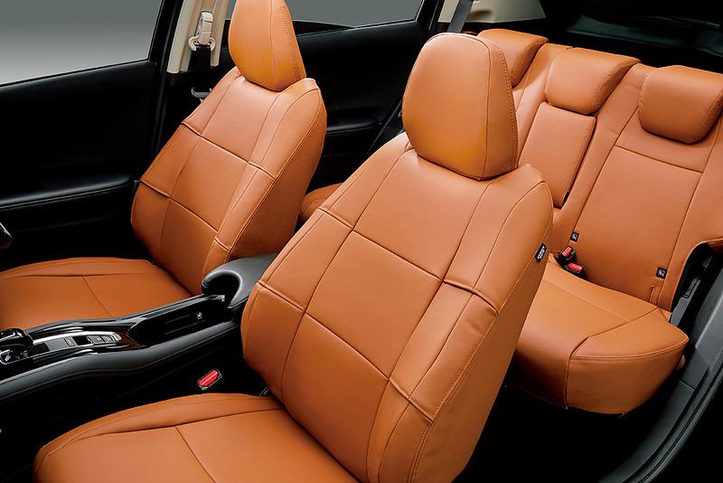 フルタイプで合皮製の「シートカバー」はブラック(中央)とタン(右)の2色を設定。フロント・リアセットで5万4000円