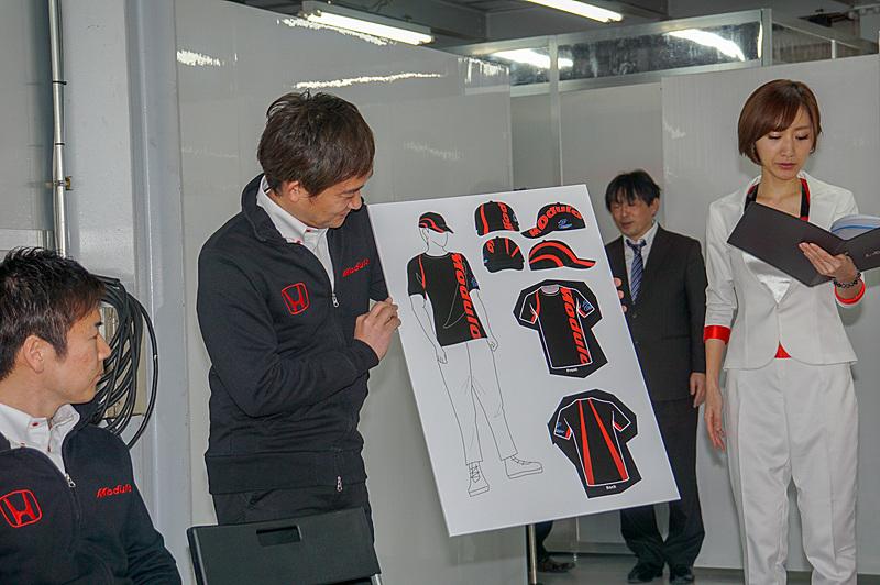 道上選手が新しいチームクルーのウェアのデザインを紹介