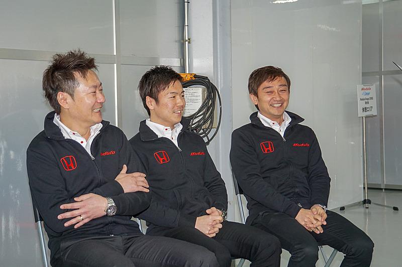 左からチョン・ヨンフン監督、大津選手、道上選手