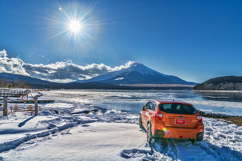 昼食を終えて再び平野エリアに戻ってくると、太陽の高度がだいぶ下がってきて、標準ズームのワイド側でも富士山と太陽を一緒に写せるようになっていた。そこで、雪の残るエリアに再びクルマを入れ、ボクの好きなリアからのXVのフォルムを狙ってみた。輝度差が大きいので、ちょっとHDR仕上げで絵画っぽく仕上げてみた