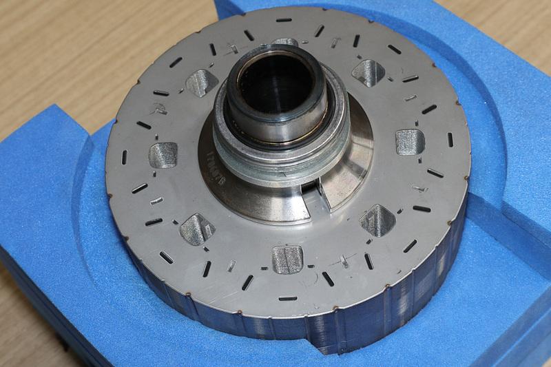 駆動用モーターでは、電磁石となるコイルの内側にあるローターコアにネオジム磁石が埋め込まれている。説明会では4代目プリウスの駆動用モーターが展示されていた