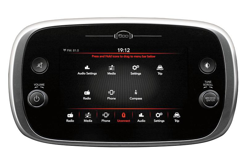 7インチに画面サイズが大型化した「Uconnect(ユーコネクト)」は、「Apple CarPlay」(中央)や「Android Auto」(右)に対応