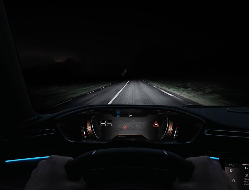 デジタルスクリーンなどを備える「PEUGEOT i-Cockpit」を採用したインテリア