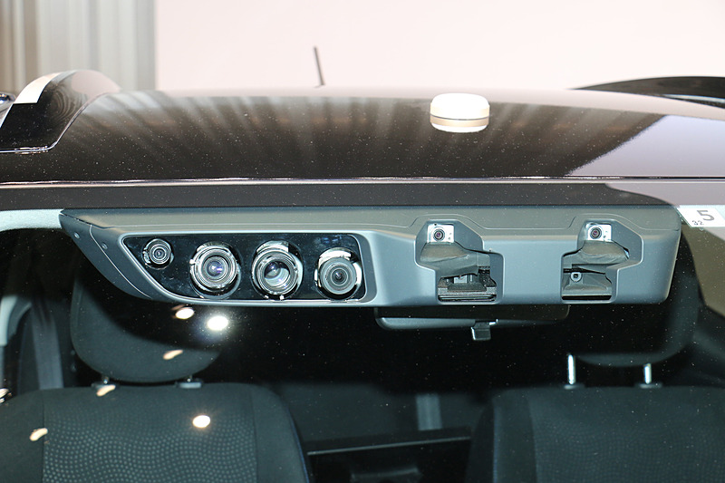 一般道での自動運転では信号機に対応することが必須となるので、フロントウィンドウ内側にカラー認識で信号の状態を識別する2眼式カメラを設置。ほかにもさまざまな用途別に計6個のカメラが使われている