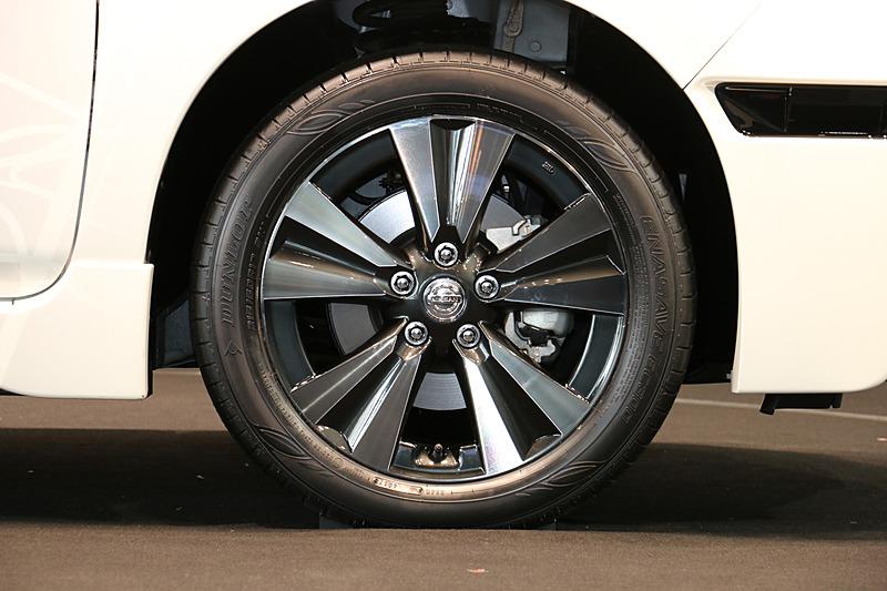 タイヤは215/50 R17サイズのダンロップ「エナセーブ EC300」を装着