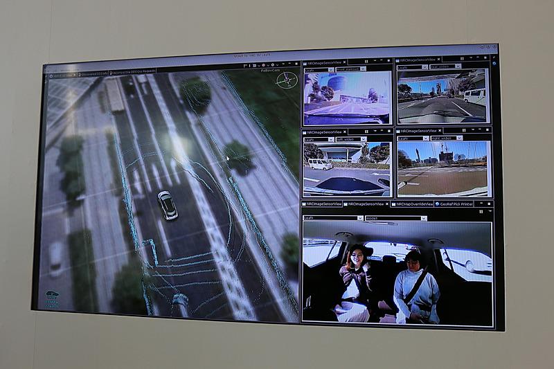 車両の位置情報を航空写真と合成し、車両で撮影している映像と合わせて表示しているシーン。航空写真内に表示されているブルーのラインは、レーザースキャナーが検知した周辺の物体
