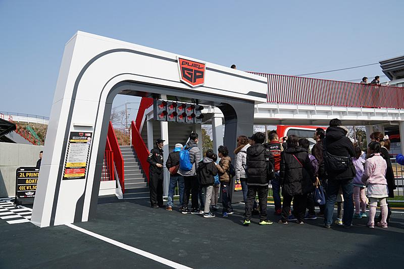 DUEL GPの料金は600円/1名(ゆうえんち「モートピア」パスポート利用可能)。定員最大2名、利用条件は身長120cm以上、乗車時間は約90秒、最高速は約40km/h
