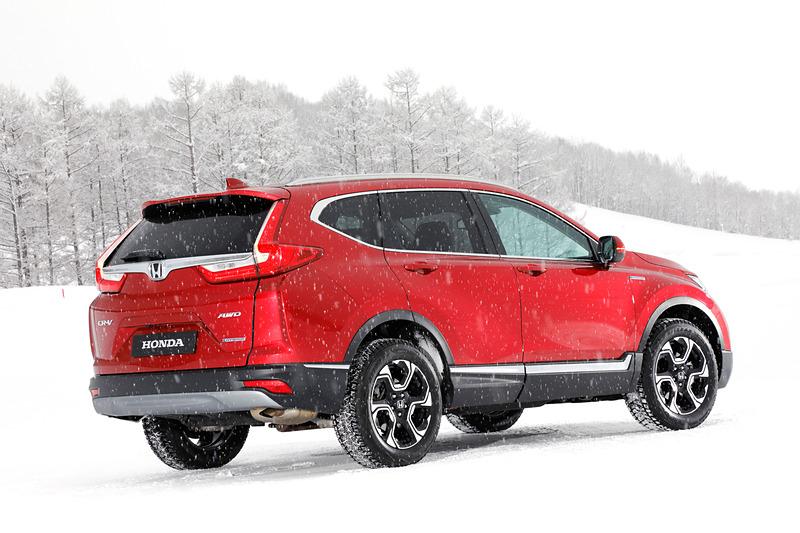 新型CR-V(プロトタイプモデル)。パワートレーンは「SPORT HYBRID(スポーツ ハイブリッド)i-MMD」を搭載し、SPORT HYBRID i-MMD初となる4WD車となる