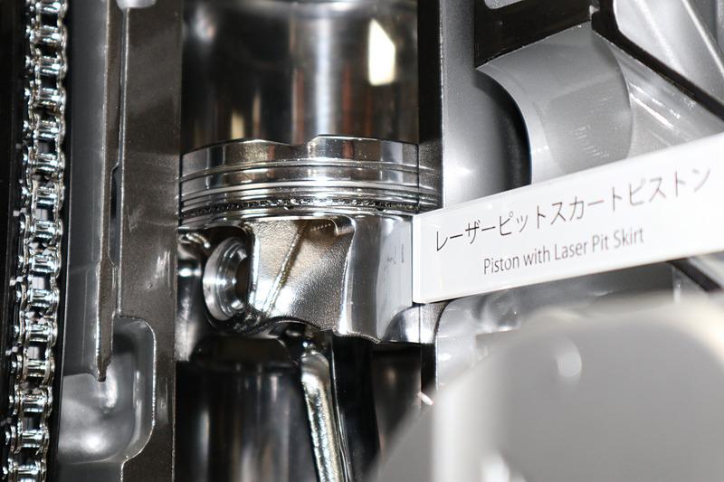 世界初の「レーザーピットスカートピストン」を採用。鏡面仕上げと樹脂コートで抵抗を抑え、レーザーで刻んだクロスハッチ状の溝で油膜を保持する