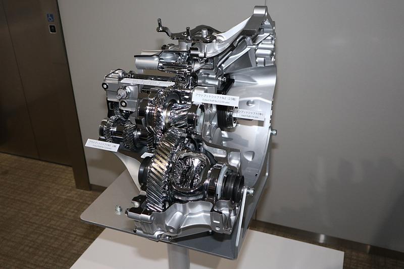 会場で展示された新型6速MTのカットモデル