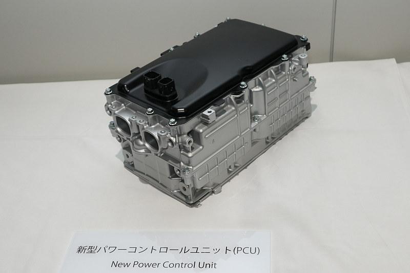 従来型の1.8リッター用から20%小型化し、10%軽量化した新型PCU(パワーコントロールユニット)