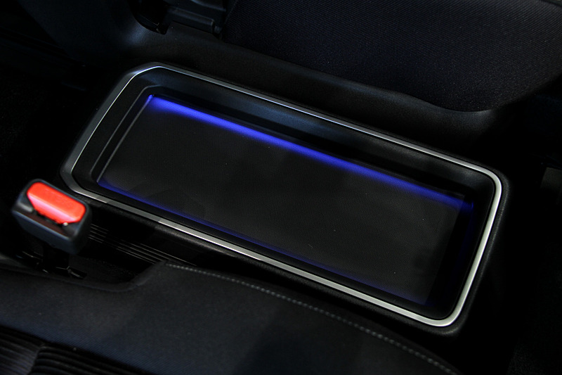 インテリアではシフトノブやスタータースイッチにブルーのアクセントが入るとともに、メーターまわりにブルーアクセント・フィニッシャーを採用。ブルーライティングによる間接照明付きのフロントセンタートレイも専用装備。また、新たに採用されたバッテリーをほぼ満タン(約90%)にする「チャージモード」、バッテリー残量に関わらず可能な限りバッテリーのみで走行する「マナーモード」はカーナビゲーション下のスイッチで操作する