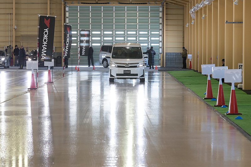 試乗会は北海道旭川市にある横浜ゴムの「北海道タイヤテストセンター(Tire Test Center of Hokkaido=TTCH)」で実施。1月末に開設された新施設「屋内氷盤試験場」は風や雪の影響を受けずにタイヤの氷上性能がテスト可能。側面の両サイドの高い位置にヒーターを備え、室内温度を上げて路面の氷が溶けた状況も作り出せる