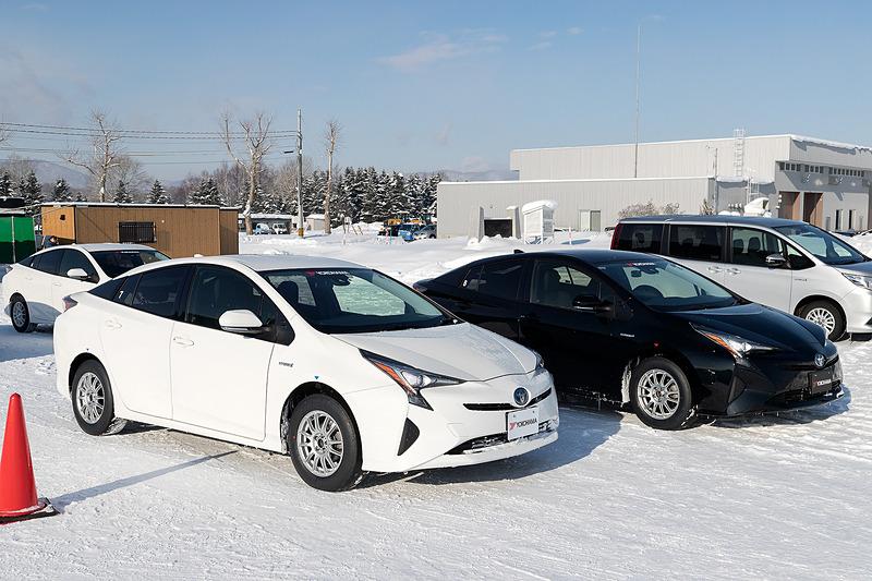 同仕様の「プリウス」2台に、「アイスガード 6のゴム」と「ウインタータイヤ(V905)のゴム」を使ったスリックタイヤを装着して比較試乗。フェンダー脇に赤い三角形のステッカーが付いている車両が「アイスガード 6のゴム」装着車