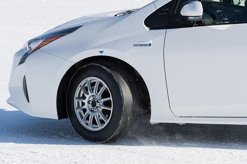 トレッドパターンがない「ウインタータイヤ(V905)のゴム」はグリップ感が薄く、ゴムの違いによる差を体感