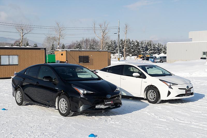 トレッドパターンの差を体感するために用意された、「アイスガード 5 プラス」装着車(左)と、「アイスガード 5 プラスのゴムにアイスガード 6のパターンを載せた」タイヤの装着車(右)