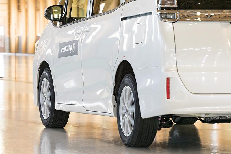 上からアイスガード 6、オールシーズンタイヤ「AVID Ascend」(S323)、欧州ウインタータイヤ「BluEarth Winter」(V905)の氷上制動