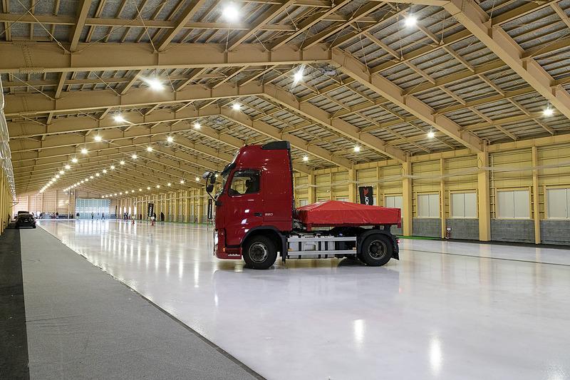 屋内氷盤試験場は大型のトラクターやトレーラー向けタイヤの開発にも利用されているとのことで、トラクターヘッドでの制動デモも行なわれた