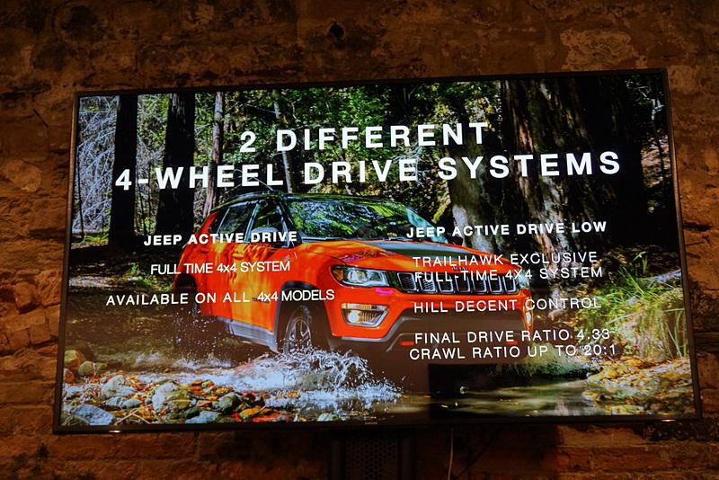 ハイエンドモデルとなる「Trailhawk」は、専用の4WD制御システムやオフロード走行に適したスキッドプレートを装備する。エンジンは、2.4リッターのガソリンモデルと2.0リッターのディーゼルモデルを用意