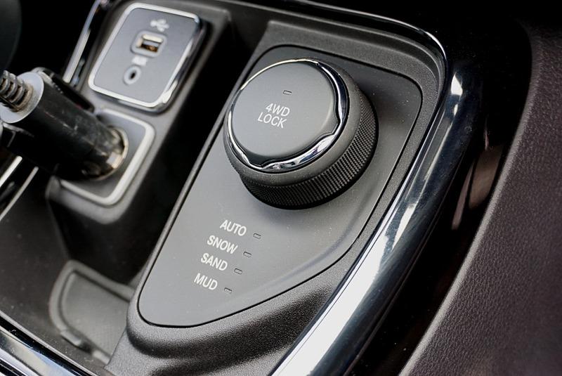 ジープ・アクティブドライブ4×4システムを採用して、セレクテレインシステムで「AUTO」「SNOW」「SAND」「MUD」「4WD LOCK」の5つの走行モードを選択可能