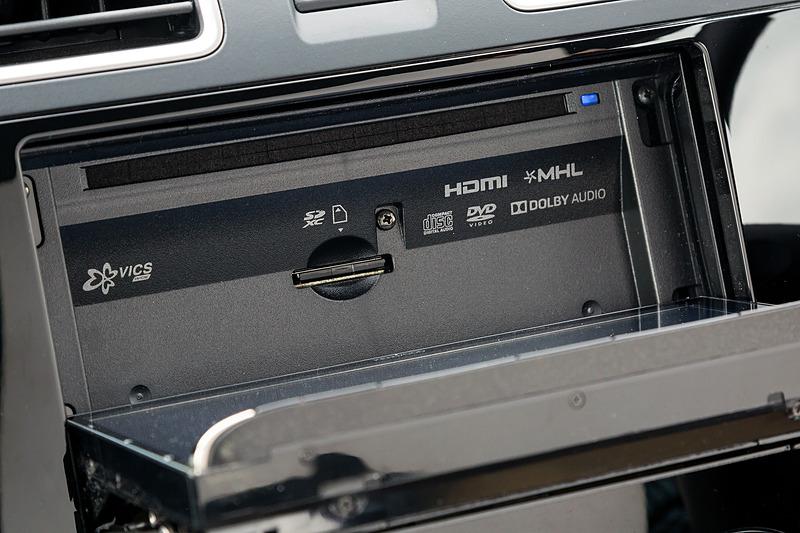 パネルをフルオープンするとCD/DVDおよびSDカードスロットにアクセス可能