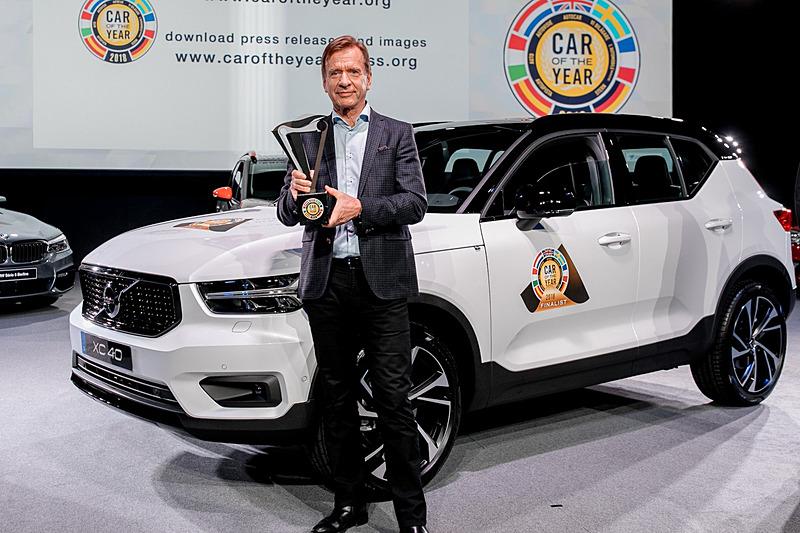 2018年欧州カー・オブ・ザ・イヤーのトロフィーを持つボルボ・カー・グループ 代表取締役社長兼CEOのホーカン・サムエルソン氏