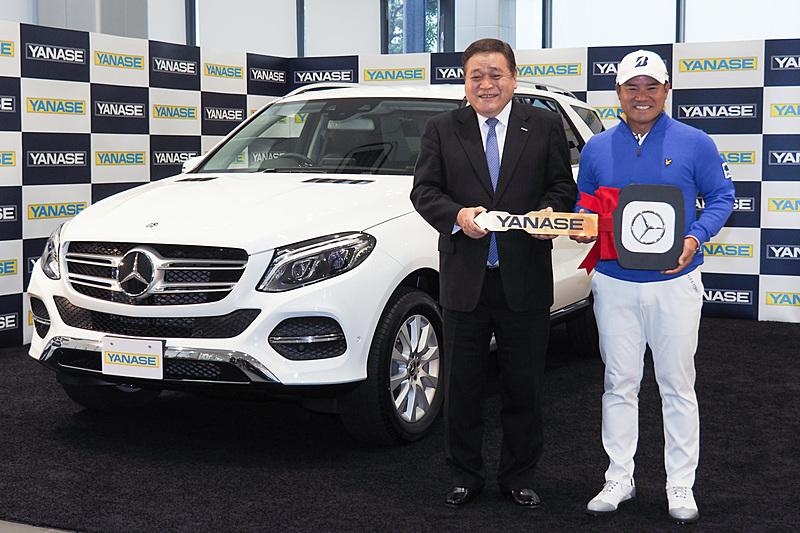 プロゴルファーの宮里優作選手と贈呈されたメルセデス・ベンツ「GLE 350 d 4MATIC」
