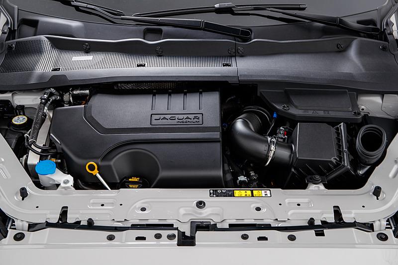 P300に搭載される直列4気筒2.0リッターターボエンジン。最高出力は300PS/5500rpm、最大トルクは400Nm/1500-4500rpmを発生。Eペイス R-Dynamic S P300 AWDの0-100km/h加速は6.4秒、最高速は243km/h