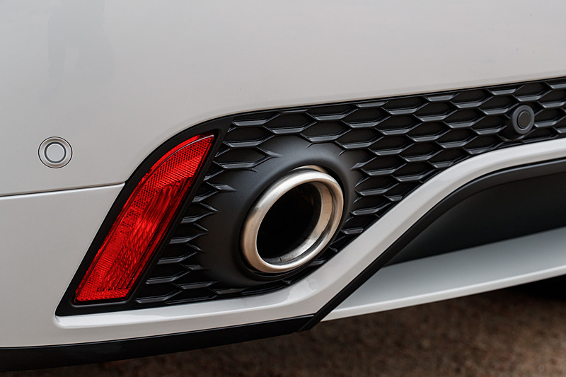 こちらは300PS仕様の「Eペイス R-Dynamic S P300 AWD」。なお、Eペイスではドアミラーのアプローチライトやフロントウィンドウの隅に、ジャガーの親子をモチーフにした特徴的なグラフィックが与えられる。ジャガー・ランドローバーでチーフデザイナーを務めるイアン・カラム氏によると、E-PACEがジャガーファミリーの子供であることからジャガー親子のモチーフを施したという