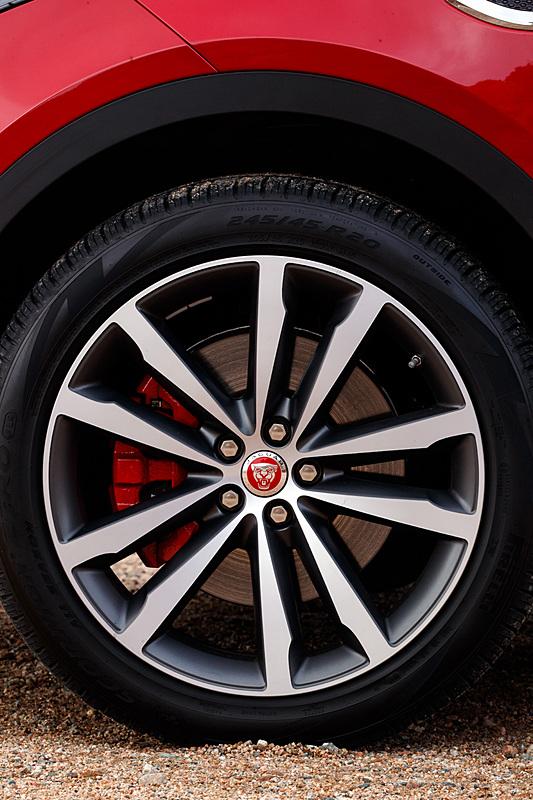 エクステリアではダイナミックなフロントグリルやヘッドライト、ロングホイールベース&ショートオーバーハングなどを特徴とし、同社のスポーツカー「F-TYPE」からインスピレーションを得たデザインを採用。リアウィンドウ上のスポイラーと一体化した流線形のルーフラインでE-PACEならではのクーペスタイルを表現したという