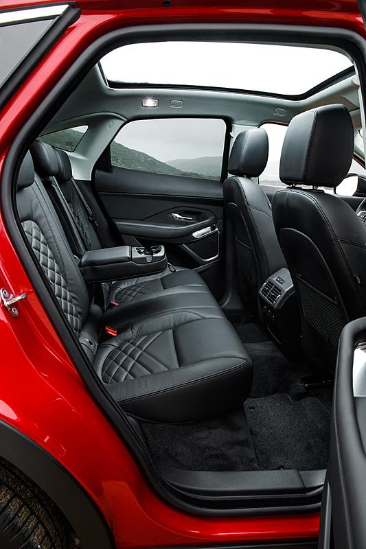 ドライバーを取り囲むようなコクピットデザインを採用するE-PACEのインテリア。ラゲッジスペースは通常時577Lで、リアシートを折りたたむと最大1234Lまで拡大できる